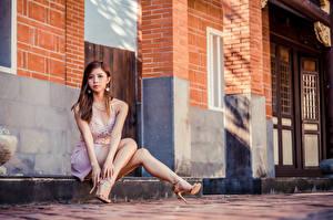 Обои Азиатки Шатенки Сидящие Ног Смотрит Туфель девушка