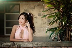 Фотография Азиатки Смотрит Рука Вырез на платье девушка