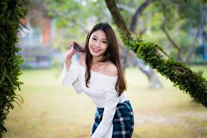 Фото Азиаты Поза Боке Шатенка Взгляд Улыбается девушка