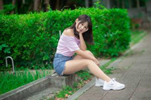 Фото Азиаты Сидящие Ног Шорт Блузка Кроссовках Взгляд Девушки