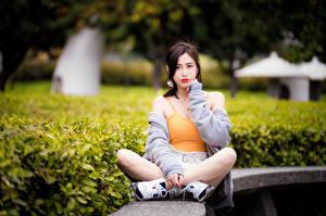 Фото Азиатки Сидя Ног Майки Взгляд молодая женщина