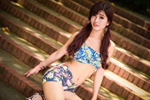Картинка Азиатки Лестницы Шатенки Смотрит Шорт Сидящие девушка