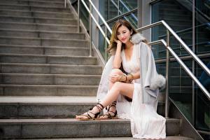 Фотографии Азиатки Лестницы Шатенки Улыбается Сидящие Ног девушка