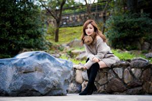 Фото Азиатки Камень Сидит Взгляд девушка