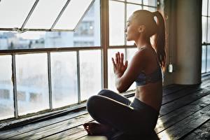 Картинка Азиаты Йога Позирует Размытый фон Сидя Сбоку молодая женщина