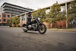 Картинка BMW - Мотоциклы Мотоциклист Едущий 2020 R18 First Edition Девушки