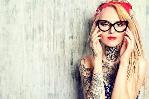 Фотографии Блондинки Смотрит Очках Руки Татуировки девушка