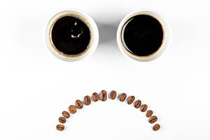 Фотографии Кофе Смайлики Белым фоном Чашка Два Зерна Грустный Пища