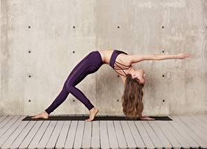 Фото Фитнес Гимнастика Стена Растяжка упражнение Шатенки Позирует Руки Ноги молодые женщины