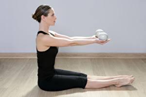 Фото Фитнес Сбоку Тренировка Сидит Рука Ноги молодая женщина