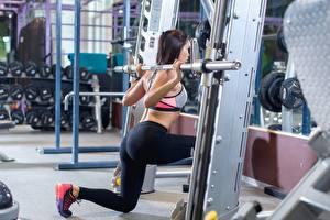 Обои Фитнес Тренировка Брюнеток Ноги Спортзале девушка