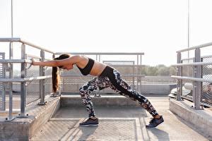 Обои Фитнес Тренировка Ноги Кроссовках Позирует девушка