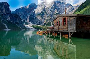 Обои Италия Гора Озеро Лодки Отражение Альп Lago di Braies, Dolomites Природа