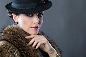 Картинки Мейкап Шляпы Руки Взгляд Серый фон Kateryna Девушки