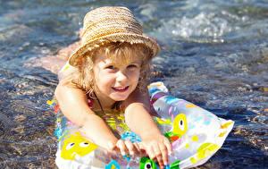 Картинки Девочка Плавает Шляпа Смотрит