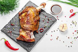 Картинка Мясные продукты Чеснок Перец чёрный Острый перец чили Укроп Белом фоне Разделочной доске