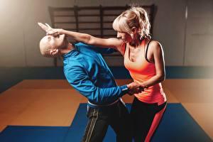 Фото Мужчины Две Ударяет Сражение Без волос Блондинки Руки Майка Спорт Девушки