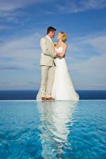 Фотография Мужчины Воде Двое Свадебные Невесты Жениха Блондинка Платье Девушки