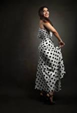 Обои Шатенка Поза Платье Улыбается Priscila молодая женщина