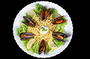 Фотографии Морепродукты Овощи Лимоны Черный фон Тарелке Макароны mussels Еда