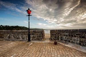 Фото Великобритания Уэльс Набережной Облачно Уличные фонари Tenby, Pembrokeshire город