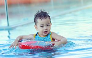 Картинки Вода Мальчик Бассейны Смотрят Плывут ребёнок