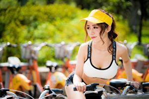 Фото Азиатки Кепке Боке Шатенки Смотрит Руки Велосипед Девушки