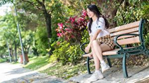 Обои Азиатки Скамья Боке Брюнетки Улыбается Сидящие Юбки Ног Кроссовках девушка