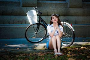 Картинки Азиатки Велосипед Шляпе Шатенки Сидящие Рука Ног девушка