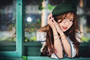 Фотография Азиатки Размытый фон Берет Шатенка Взгляд Руки молодые женщины
