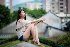 Фотография Азиатки Размытый фон Шатенка Руки Ног Сидящие молодая женщина