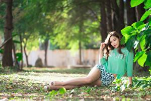 Фотография Азиатки Размытый фон Шатенка Шорт Ног Листва Красивый Девушки