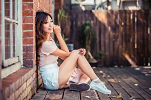 Фотографии Азиатка Шатенки Сидя Ног Размытый фон Девушки