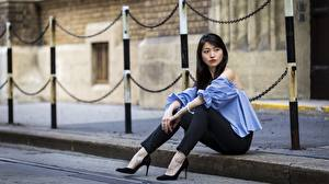 Картинки Азиатка Брюнетка Сидя Рука Ног Туфли девушка