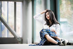 Картинки Азиаты Взгляд Размытый фон Брюнетка Руки Сидит Девушки