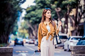 Картинки Азиаты Сумка Позирует Рубашка Взгляд Боке Девушки