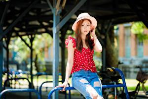 Картинки Азиаты Джинсов Шляпы Смотрят молодые женщины