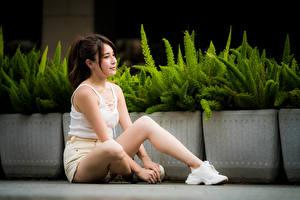Картинка Азиаты Сидит Ног Шорты Майке молодая женщина