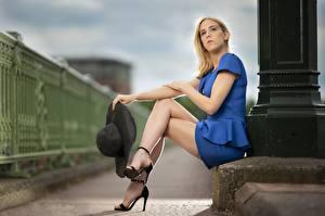 Картинка Блондинка Сидит Рука Шляпы Ноги Туфлях Боке Девушки