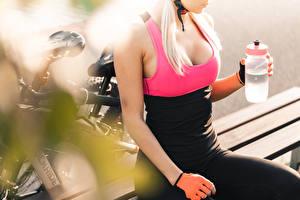 Картинка Размытый фон Велосипеде Отдыхает Блондинка Бутылка Декольте Руки Перчатки Девушки