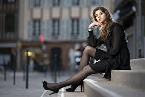 Фотография Размытый фон Шатенка Сидит Руки Ноги Туфлях Лестницы Cindy Девушки