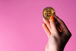 Картинка Монеты Биткоин Цветной фон Руки Маникюра