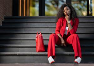 Фотография Кудри Сумка Лестница Сидя Классический костюм Взгляд Негр Красные Ginette молодые женщины