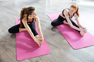 Обои для рабочего стола Фитнес Дреды Шатенки Рыжих Два Растяжка упражнение Улыбается Ног Рука Девушки Спорт