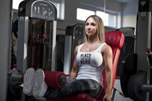 Обои Фитнес Тренируется Шатенка Сидит Майка Ноги Слово - Надпись Английская Девушки