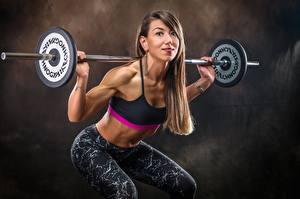 Картинки Фитнес Тренируется Поза Рука Штанга Смотрит Шатенки Приседает спортивные Девушки