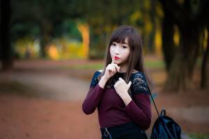 Обои Жесты Азиатка Шатенка Взгляд Руки Размытый фон молодые женщины