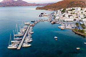 Картинки Греция Здания Пирсы Катера Яхта Заливы Сверху Adamas. Milos город