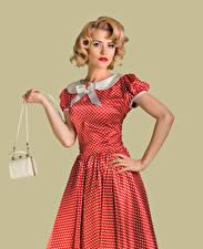 Фото Сумка Винтаж Блондинка Платья Рука Смотрит молодые женщины