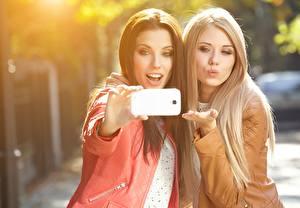 Фотографии Селфи Блондинки Шатенки Красивый Двое Волос Сматфоном Isabella девушка